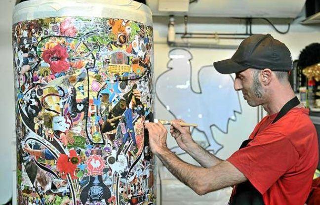 """L'artiste Manu Mazaux, en pleine création d'une des bouteilles de l'exposition """"Les Bordelaises XXL"""""""