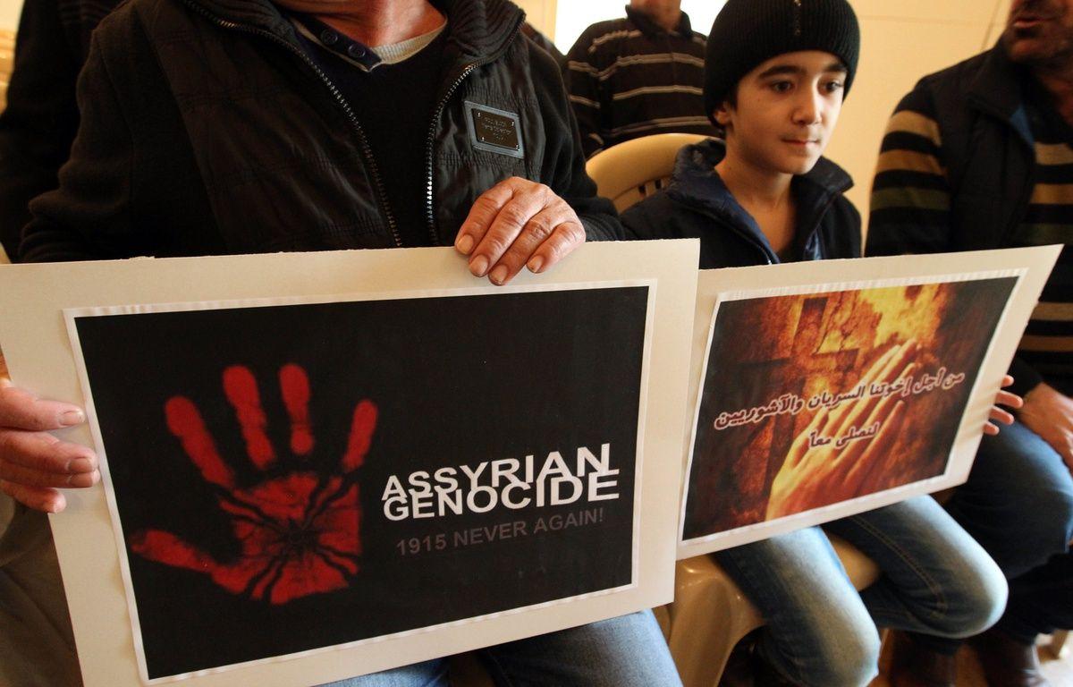 Des chrétiens assyriens venus d'Irak et de Syrie, réfugiés au Liban, prient le 26 février 2015 pour les 220 assyriens enlevés par Daesh. – ANWAR AMRO / AFP