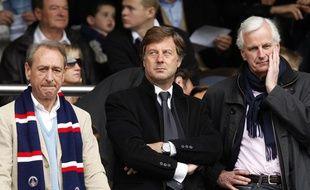 L'actionnaire du PSG Sébastien Bazin, entouré du maire de Paris Bertrand Delanoë (à gauche) et du ministre de l'Agriculture Michel Barnier (à droite), lors d'une rencontre de Ligue 1 au Parc des Princes, le 4 mai 2009.