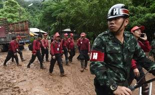 Des secouristes en Thaïlande à la recherche de douze enfants coincés dans une grotte.