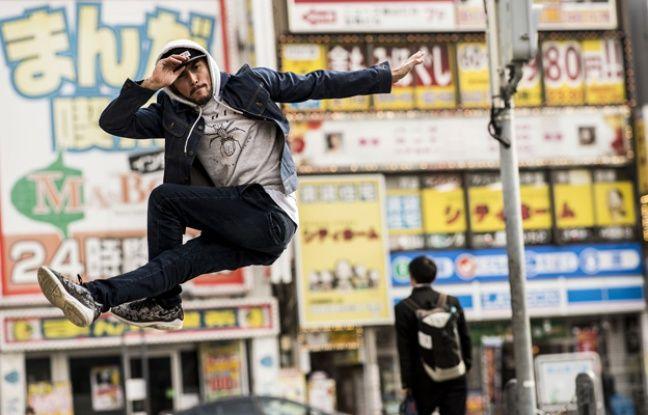 Soso répète ses figures dans les rues de Nagoya.