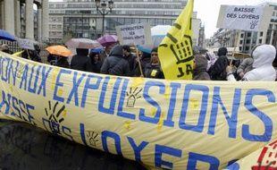 """Des militants du collectif d'aide aux mals logés """"Jeudi Noir"""", manifestent, le 17 avril 2012 Place de la Bourse à Paris"""