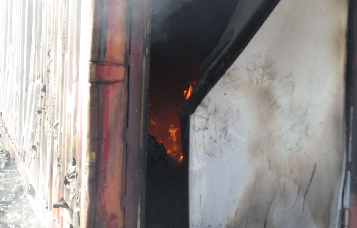 Entrée d'un container encore en train de brûler au camp de migrants de Grande-Synthe (Nord), le 11 avril 2017 – O. Aballain / 20 Minutes