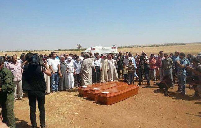 Des proches de la famille et des résidents de Kobané entourent les cercueils du petit Aylan, de son frère et de sa mère, morts en tentant de rejoindre la Grèce. Le 4 septembre 2015.