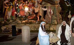 Une crèche napolitaine géante figurant la naissance de Jésus à Bethléem a été inaugurée mardi sur la place Saint-Pierre à Rome et une lumière pour la paix allumée au nom du pape François, marquant le début des festivités de Noël au Vatican.