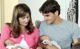 Le tennisman suisse Roger Federer et sa femme Mirka Vavrinec, accompagnés de leurs jumelles, le 7 août 2009.