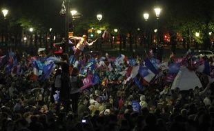 Des anti «Mariage pour tous» rassemblés aux Invalides après le vote de la loi à l'Assemblée Nationale à Paris, le 23 avril 2013.
