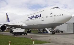 Lufthansa a annoncé mercredi avoir reçu livraison de son premier avion Boeing de modèle 747-8 Intercontinental, à la fois gros porteur et moins polluant et sera la première compagnie aérienne du monde à le mettre en service le 1er juin pour ses vols passagers.