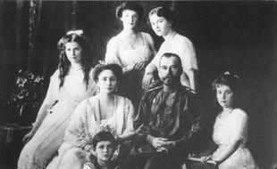 La famille impériale russe vers 1909 : au centre, le tsar Nicolas II et son épouse la tsarine Alexandra Fedorovna, au 1er plan, le tsarevitch Alexeï et la princesse Anastasia ; en arrière plan, GàD, les princesses Maria, Tatiana et Olga