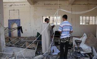 Des habitants de Mossoul sur les lieux de l'explosion d'une bombe, vendre 9 août 2009. L'attentat suicide a fait 38 morts.