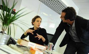 """Nadia Daam et Juan Gomez dans la rédaction de """"28 minutes""""."""