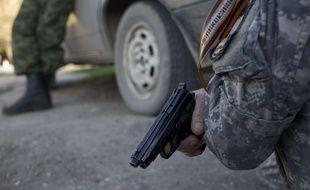 Illustration d'un homme en tenue militaire portant une arme.