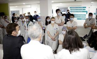Emmanuel Macron s'adresse à des soignants du service de réanimation du centre hospitalier intercommunal de Poissy/Saint-Germain-en-Laye, le 17 mars.