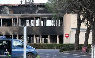 Le péage de Narbonne, les locaux de la direction régionale de Vinci et ceux du peloton de gendarmerie ont été incendiés  une première fois dans la nuit du 1er au 2 décembre.