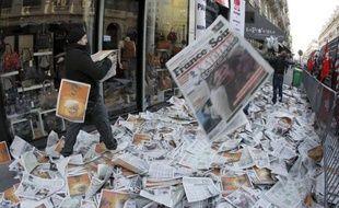 Des milliers de quotidiens ont été déversés sur la chaussée lundi matin à Paris, une action coup de poing menée par certains syndicats CGT de la presse pour protester contre des plans de licenciement dans la presse écrite, a constaté un journaliste de l'AFP.