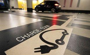 Illustration d'une place de parking dédiée à la recharge des voitures électriques. Ici dans un parking souterrain de Rennes.