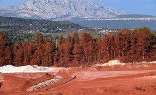 Le site de Mange-Garri entre Gardanne et Bouc-Bel-Air, recouvert de poussière rouge avec en fond la Sainte-Victoire.