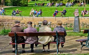 Des retraités sur un banc au jardin des plantes du Mans