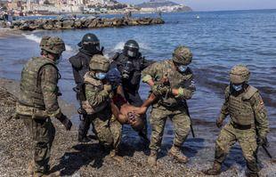Des soldats de l'armée espagnole expulsent un migrant de l'enclave espagnole de Ceuta, le mardi 18 mai 2021.