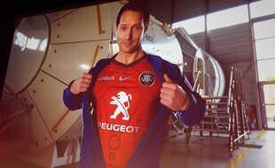 Thomas Pesquet avec le nouveau maillot spécial Europe du Stade Toulousain.