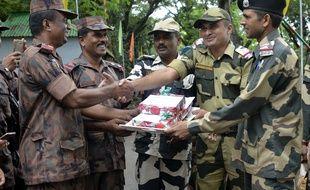 Des hommes de deux corps armés bangladais échangent des bonbons pour la fête de Diwali le 19 ocobre 2017. (image d'illustration)