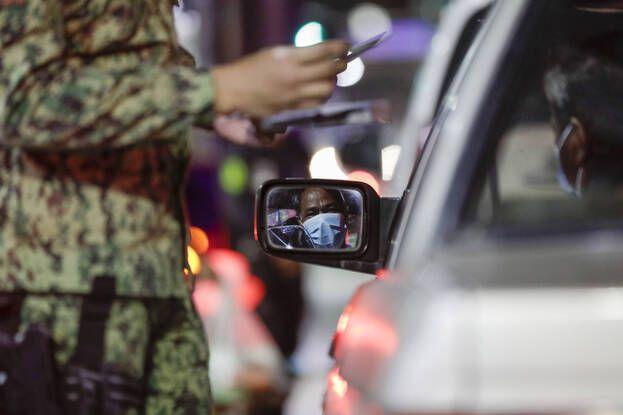 648x415 policier controle homme 15 mars 2021 manille alors couvre feu impose ville empecher propagation coronavirus