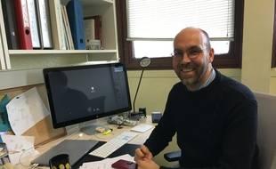 Le chercheur Luc Dupuis dans son bureau, à la faculté de médecine de Strasbourg