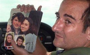 Son mari, Juan Carlos Lecompte, a lancé samedi et dimanche au-dessus de la forêt colombienne 22.000 photographies des deux enfants de son épouse, en guise de cadeau d'anniversaire.