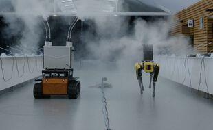 Un robot Rhyno Protect de Shark Robotics (à gauche) et un robot-chien Spot équipés de kits de décontamination contre le Covid-19