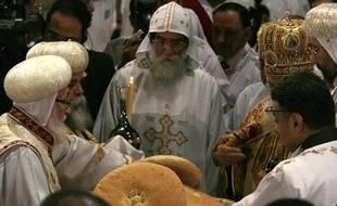 Chenouda III (2e D), le Primat de l'Eglise copte orthodoxe célèbre la messe de minuit, dans la cathédrale du Caire, le 6 janvier 2010.