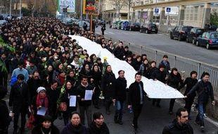 Des milliers de commerçants et immigrés chinois ont manifesté mardi à Rome contre le manque de sécurité dans la capitale italienne après un vol à la tire au cours duquel un de leurs compatriotes et son bébé ont été tués la semaine dernière.