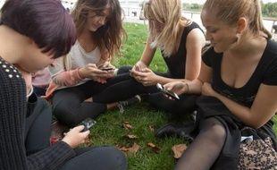 Les jeunes sont particulièrement concernés par l'addiction au téléphone portable.