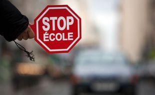 Un panneau de signalisation à la sortie d'une école.
