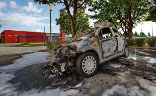 Une carcasse de voiture brûlée à Lille après la nuit du 14-Juillet.