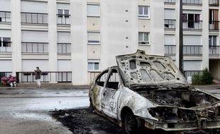 Un véhicule incendié dans le quartier Bellevue, à l'ouest de Nantes.