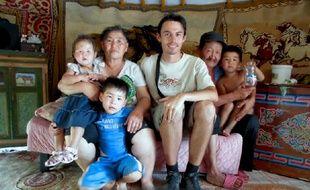 Renaud Meyssonnier dans une famille lors de son voyage en Mongolie.