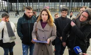 Stéphanie, belle-mère d'Adrien, gravement blessé lors de la manifestation du 29 décembre, a pris la parole devant le palais de justice.