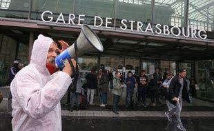 Strasbourg le 15 septembre 2015. Rémi Verdet, président de l'association Stiop transports Halte au nucléaire, mène une action d'information contre le nucléaire devant la gare.