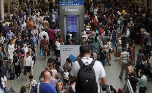 Des passagers à la gare de St. Pancras à Londres (illustration).