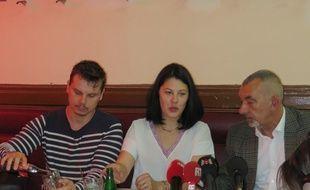La mère de Marin, Audrey, était accompagnée de son époux (à gauche) et de l'avocat de Marin, Frédéric Doyez (à droite), ce mercredi lors d'un point presse dans un café lyonnais.
