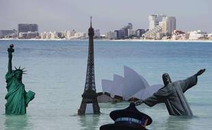 Greenpeace illustre les dangers du réchauffement climatique en immergeant les monuments célèbres du monde, à Cancun, le 8 décembre 2010.