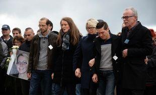 Jonathann Daval, soutenu par ses beaux-parents lors d'une marche blanche, accuse désormais son beau-frère (à gauche) du meurtre d'Alexia.