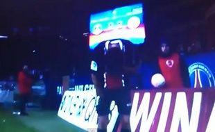 Capture d'écran du match PSG - Montpellier, lorsque Nenê reçoit un ballon dans la figure, lancé par un ramasseur de balle le 19 février 2012.