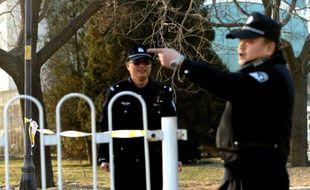 Des policiers montent la garde devant un tribunal qui juge un cas de corruption le 22 janvier 2014 à Pékin