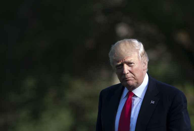 Melania repousse sèchement la main tendue de Donald Trump
