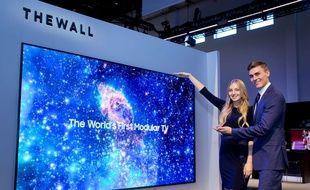 Au CES, Samsung a dévoilé son concept The Wall, un téléviseur modulaire de 143 pouces, le 8 janvier 2017.