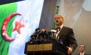 L'ex-Premier ministre algérien Abdelmalek Sellal devant un portrait géant d'Abdelaziz Boutefkika lors d'un meeting le 15mars 2014 à Alger