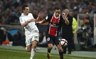 Nenê le Parisien à la lutte avec Morgan Amalfitano le Marseillais lors du classico de la 15e journée de Ligue 1 le 27 novembre 2011.