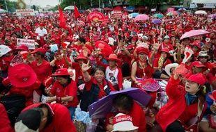 """Des dizaines de milliers de partisans du mouvement thaïlandais des """"chemises rouges"""" se sont rassemblés dimanche à Bangkok, alors que les tensions politiques se sont exacerbées ces dernières semaines dans le royaume."""