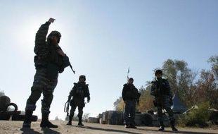Des hommes portant l'uniforme des forces spéciales Berkout à un check-point près de Lougansk, le 11 octobre 2014